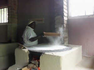 Garífuna-Frau backt das traditionelle Casabe-Brot