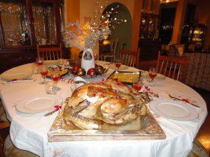 Weihnachtspute mit festlich gedecktem Tisch